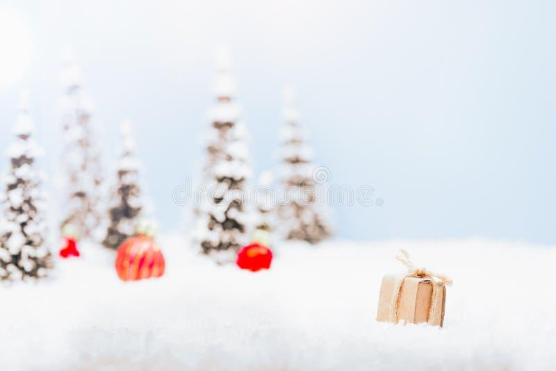 Uiterst kleine huidige doos in het landschap van de de wintersneeuw voor Kerstmis stock afbeelding