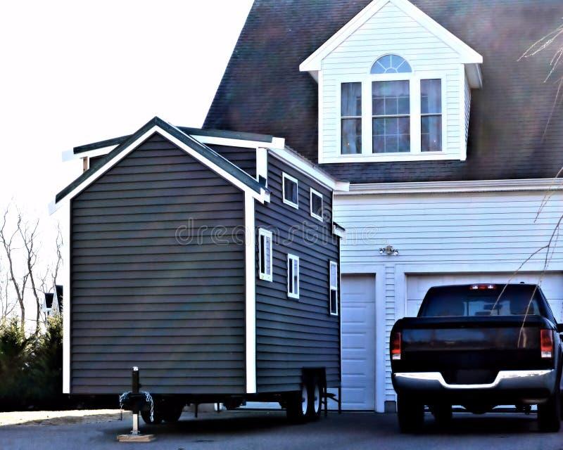 Uiterst kleine Huis Grote Garage royalty-vrije stock fotografie