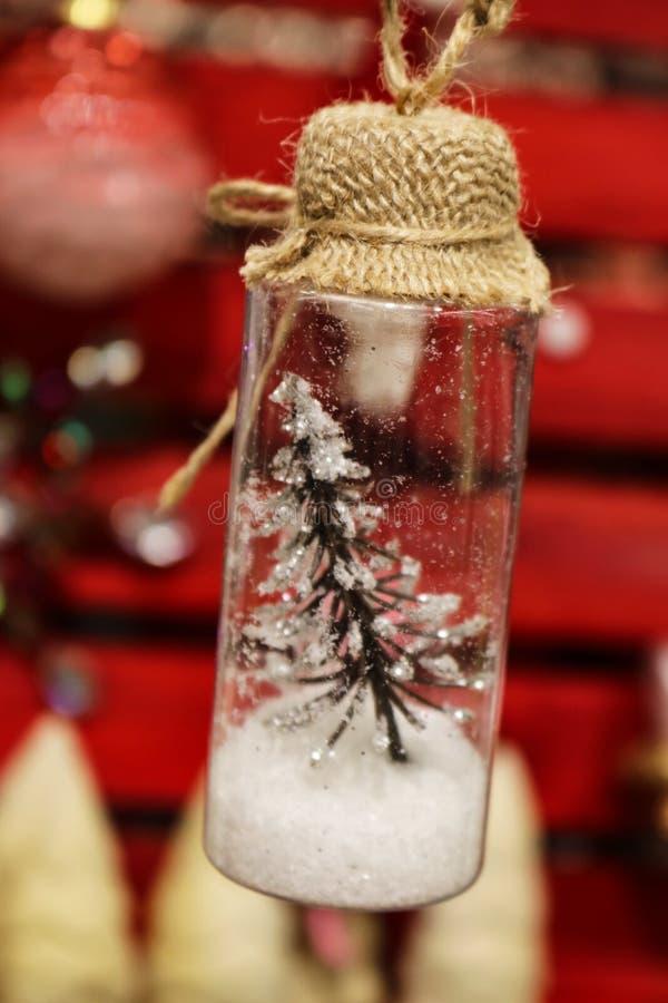 Uiterst kleine Kerstboom in een flessenornament royalty-vrije stock foto's