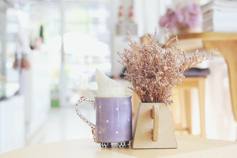 Uiterst kleine Lilac bloemen in vaas bij koffiewinkel royalty-vrije stock afbeeldingen