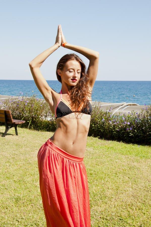 Uiterst sexy De zomervakantie en reis Perfect lichaam van buikdanser suntan Vrouw die met lichaam dansen Vrouw met royalty-vrije stock afbeeldingen