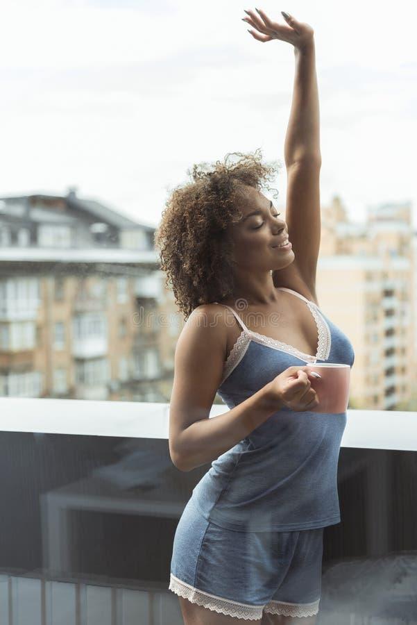 Uitgaande vrouwelijke het drinken kop van vloeistof stock foto's