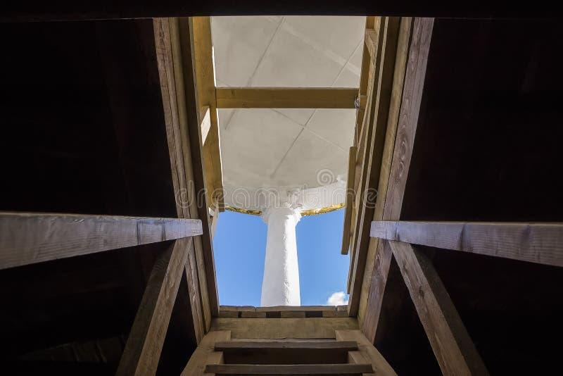 Uitgang aan een dak op een houten ladder in zonnige dag stock foto