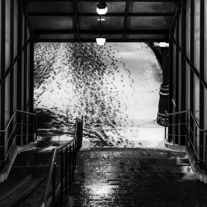 Uitgang van de voetgangersoversteekplaats Voetsporen in de sneeuw De winter conceptuele samenstelling royalty-vrije stock afbeeldingen