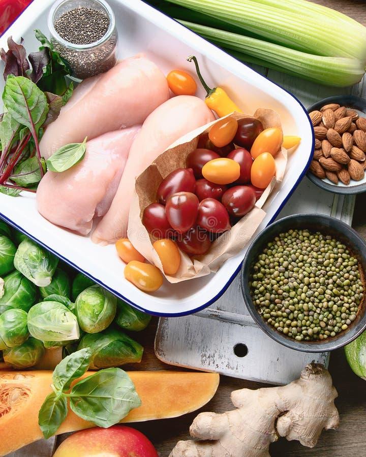 Uitgebalanceerd dieet Het gezonde eten, maakt en detox concept met verse vruchten schoon, stock afbeeldingen