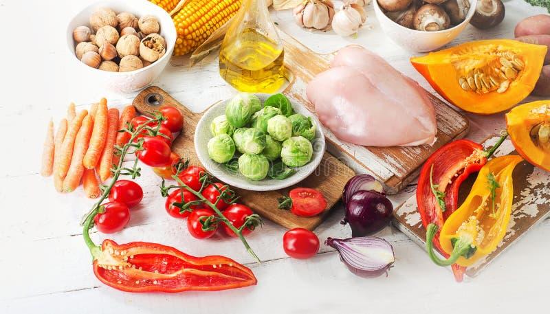 Uitgebalanceerd dieetconcept Vruchten, groenten en kippenfilet stock foto's