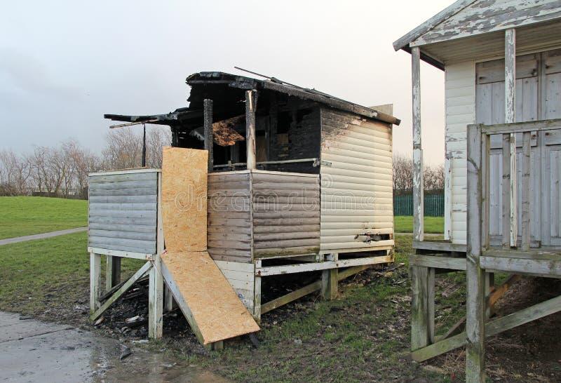 Uitgebrande brand beschadigde strandhut stock foto's