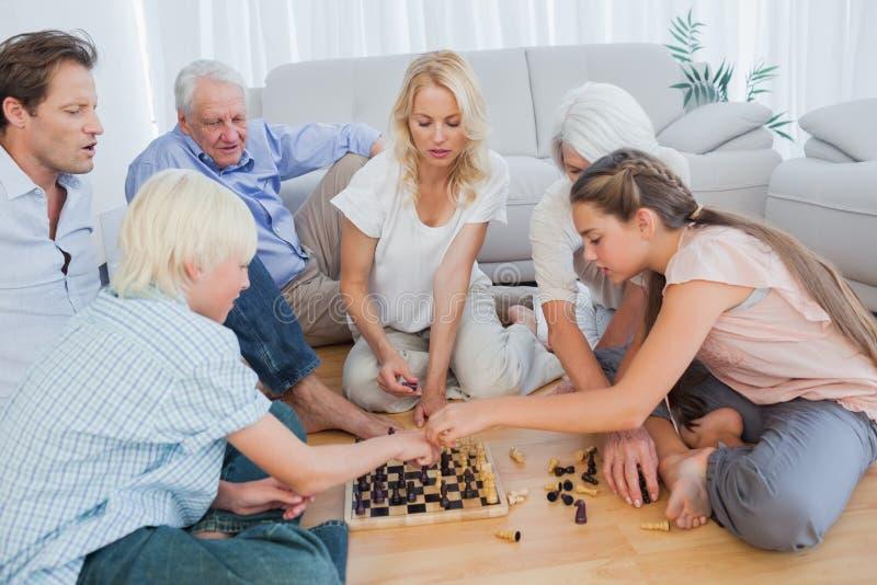 Uitgebreid familie het spelen schaak stock fotografie