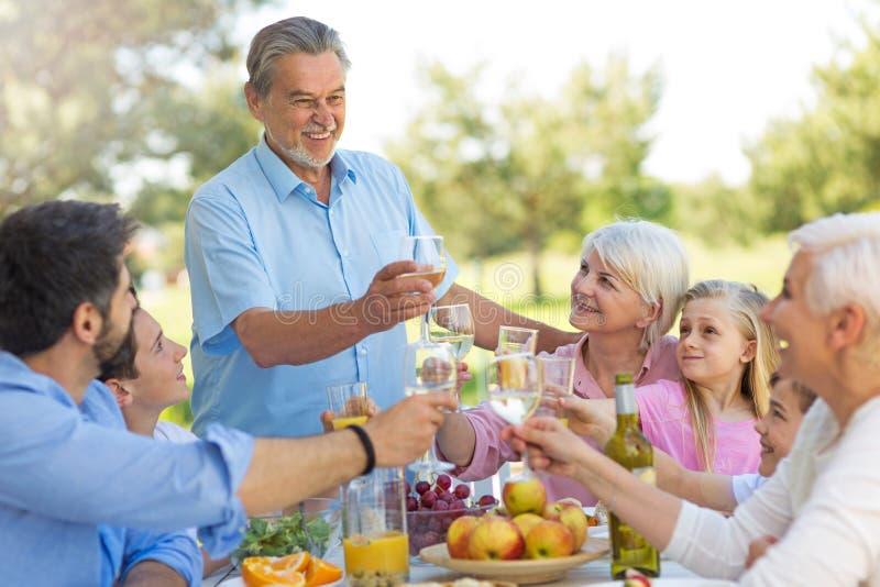 Uitgebreide familie die in openlucht eten royalty-vrije stock foto's