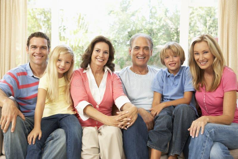 Uitgebreide Familie die thuis samen ontspant royalty-vrije stock afbeelding