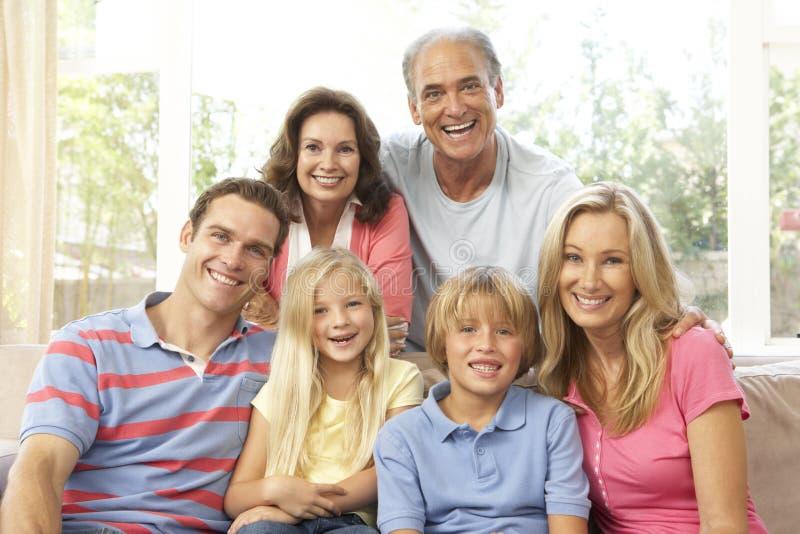 Uitgebreide Familie die thuis samen ontspant stock foto's