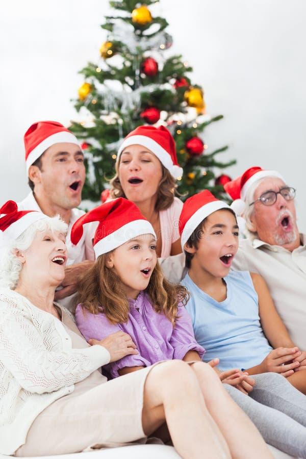 Uitgebreide familie het zingen hymnes stock fotografie