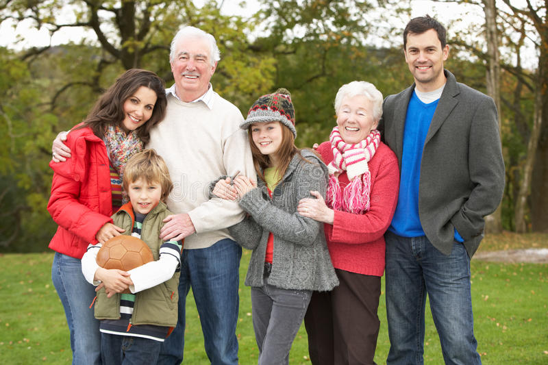 Uitgebreide Familie op Gang door Platteland stock fotografie