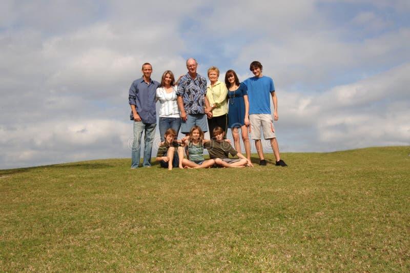 Uitgebreide familie op heuvel stock fotografie