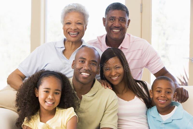 Uitgebreide familiezitting op bank stock afbeelding