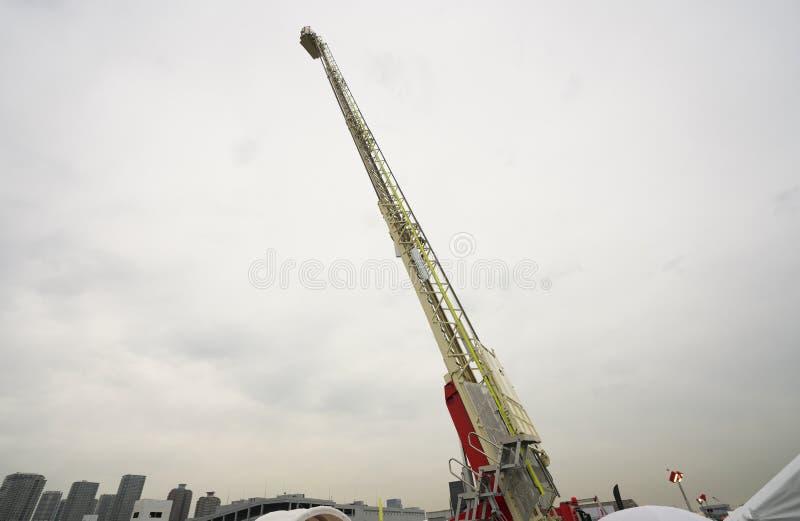 Uitgebreide ladder van brandmotor of haak-en-laddervrachtwagen stock afbeelding