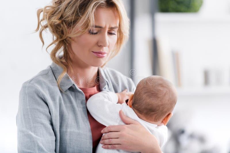 uitgeput de zuigeling van de moederholding kind en het schreeuwen vector illustratie