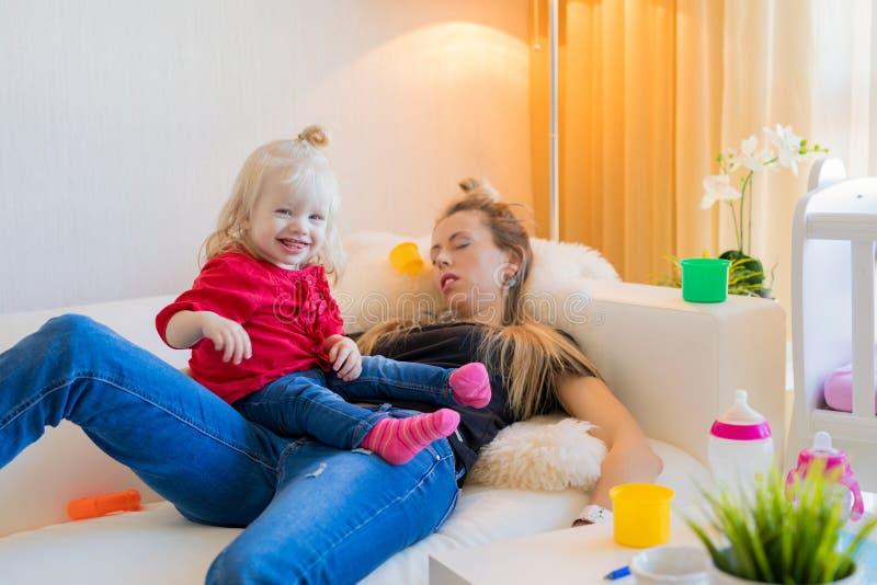 Uitgeput mamma gevallen in slaap op laag royalty-vrije stock fotografie