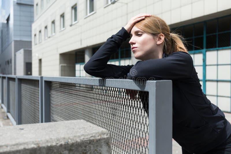 Uitgeput meisje na het lopen royalty-vrije stock fotografie