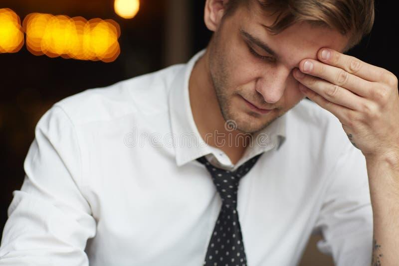 Uitgeputte jonge zakenman stock foto's
