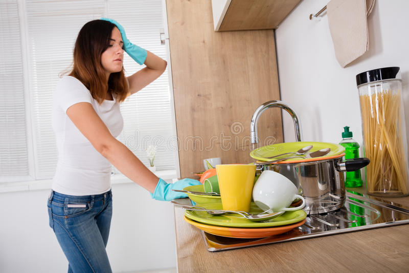 Uitgeputte Vrouw die zich in Keuken bevinden stock foto