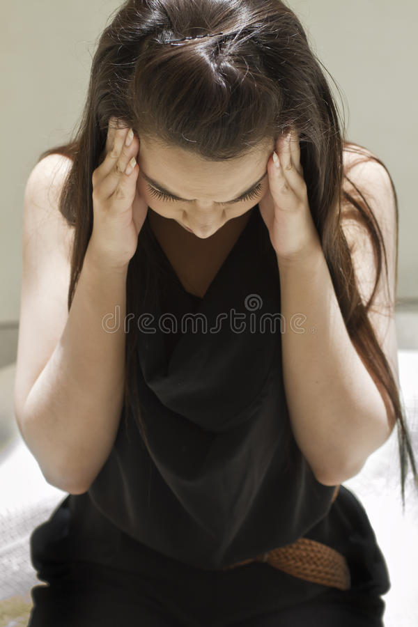 Uitgeputte vrouw met hoofdpijn, migraine, spanning, kater stock afbeelding