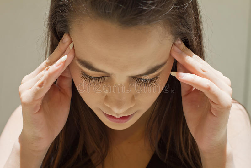 Uitgeputte vrouw met hoofdpijn, migraine, spanning, kater, menta royalty-vrije stock afbeelding