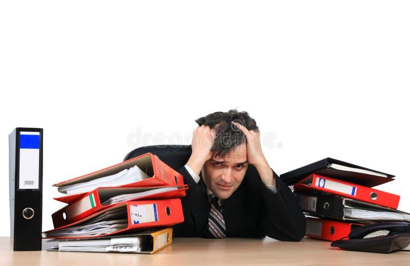 Uitgeputte zakenman in zijn bureau