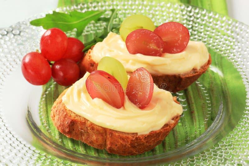 Uitgespreid brood en kaas stock foto's