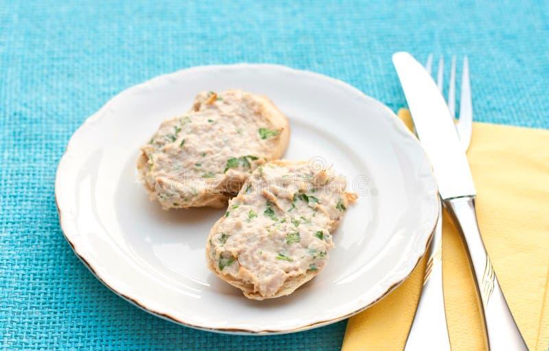 Uitgespreid brood met tonijn stock afbeelding