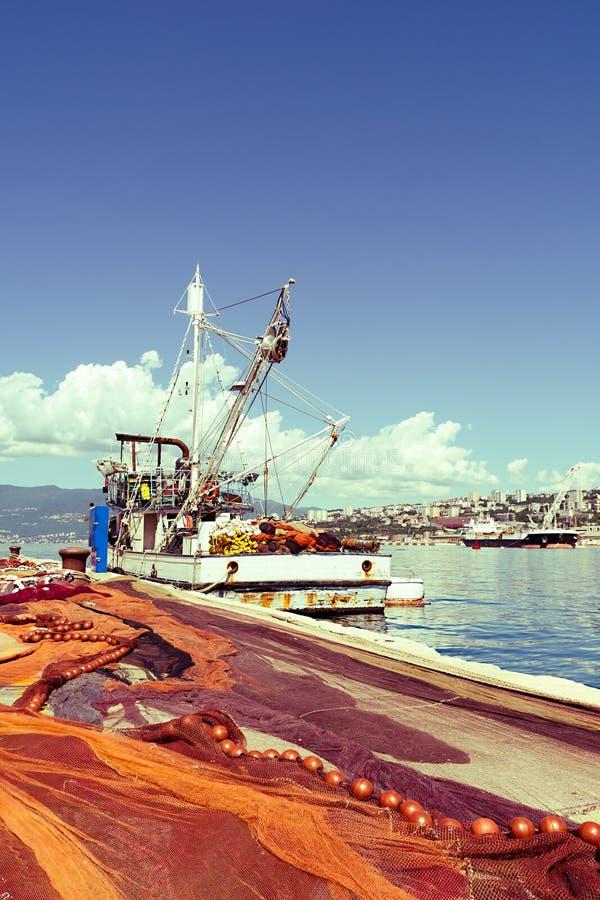Uitgespreide visnetten, vissersboot op dok royalty-vrije stock foto