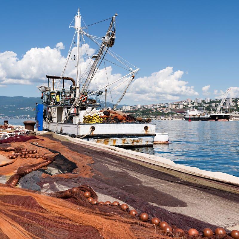 Uitgespreide visnetten, vissersboot op dok royalty-vrije stock afbeeldingen