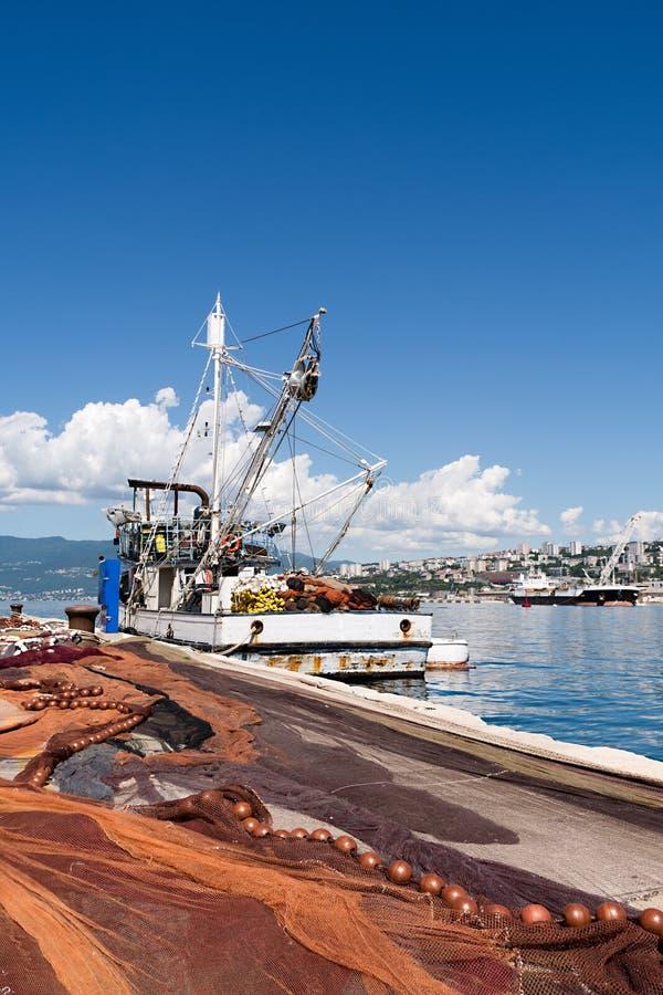 Uitgespreide visnetten, vissersboot op dok royalty-vrije stock afbeelding
