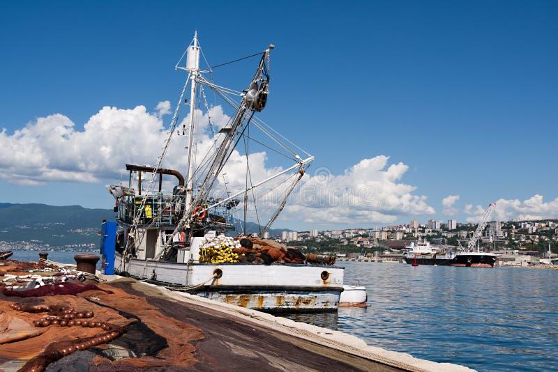 Uitgespreide visnetten, vissersboot op dok stock afbeelding