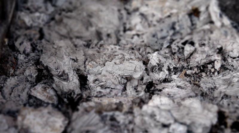 Uitgestorven sintels van vuur gedetailleerde voorraadfoto royalty-vrije stock afbeeldingen