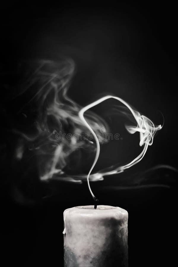 Uitgestorven witte kaars met rook op een zwarte achtergrond royalty-vrije stock fotografie