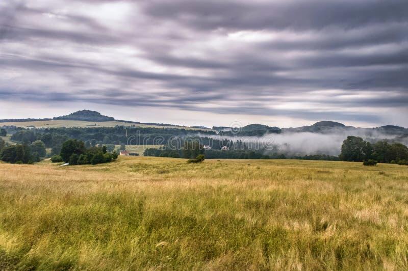 Uitgestrektheid van groene gebieden met heuvelige bossen stock foto's