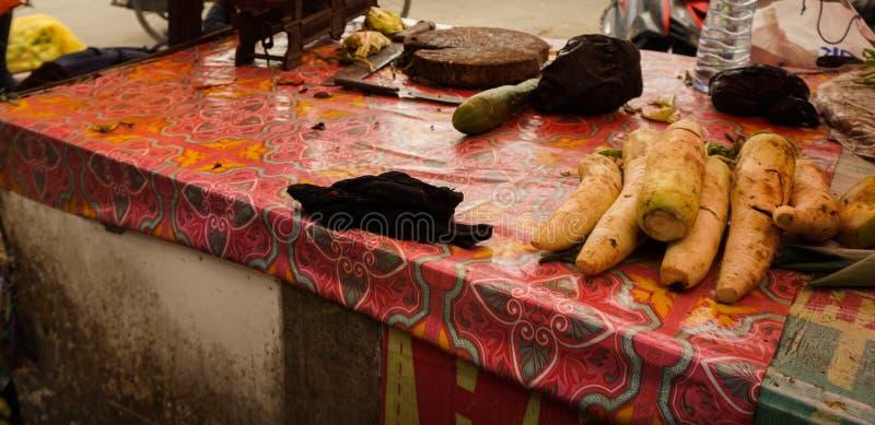 Uitgever*kopt voor één van groene kruidenier in traditionele markt in Bogor Indonesië stock foto's