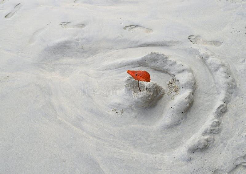 Uitgewassen Zandkasteel door Jong geitje - Zandspel in Wit Sandy Beach met Overzees - Vrije tijd, Pret, Spel en Activiteit stock foto