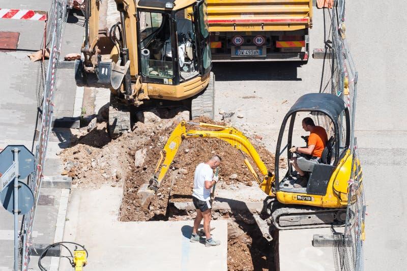 Uitgraving voor het leggen van rioleringspijpen stock foto