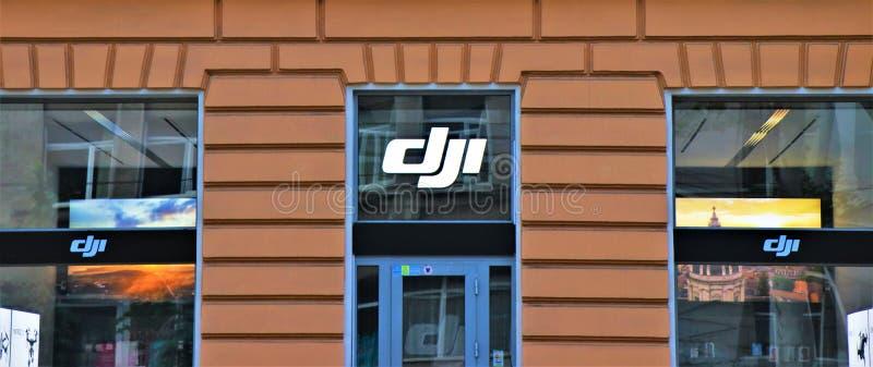 Uithangbord en vensterklant van een Dji-opslag, bij de ingang van de winkel stock foto