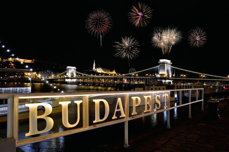 Uithangbord met het woord Boedapest met Kettingsbrug en vuurwerk stock foto's