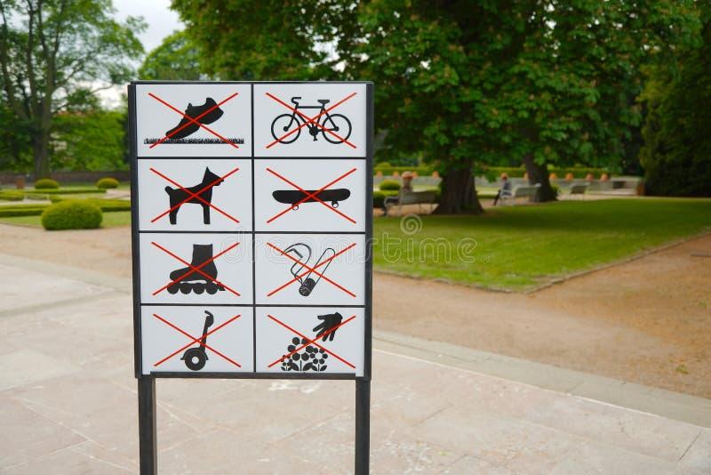 Uithangbord met regels royalty-vrije stock afbeelding