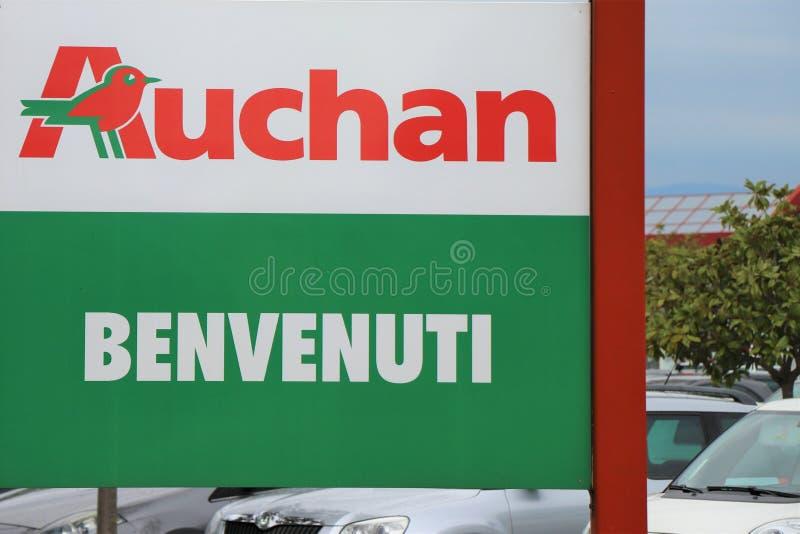 Uithangbord van Auchan bij de ingang van de supermarkt royalty-vrije stock afbeeldingen