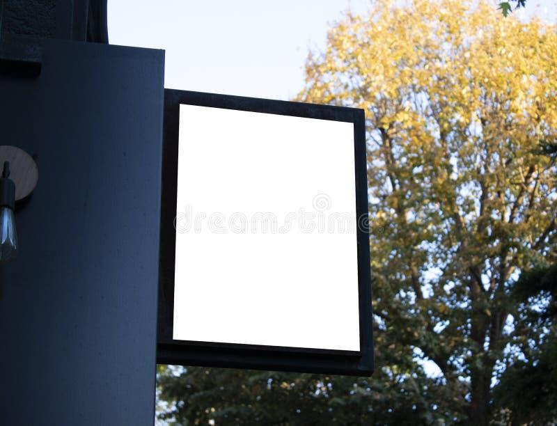 Uithangbordmodel en malplaatje leeg kader voor embleem of tekst op buitenstraat de winkelachtergrond van de reclamestad, moderne  royalty-vrije stock afbeeldingen