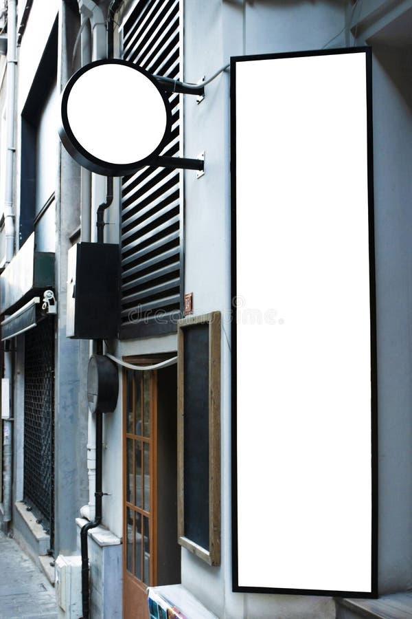 Uithangbordmodel en malplaatje leeg kader voor embleem of tekst op buitenstraat de winkelachtergrond van de reclamestad, moderne  royalty-vrije stock foto's