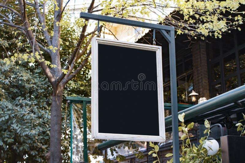 Uithangbordmodel en malplaatje leeg kader voor embleem of tekst op buitenstraat de winkelachtergrond van de reclamestad, moderne  royalty-vrije stock afbeelding