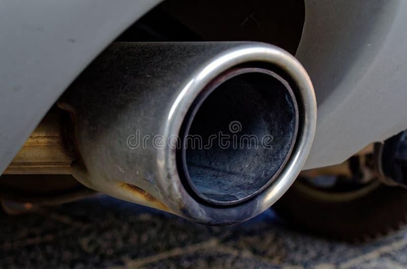 Uitlaat van een diesel auto om de diesel uitlaat en de kooldioxide-emissies te illustreren stock afbeelding