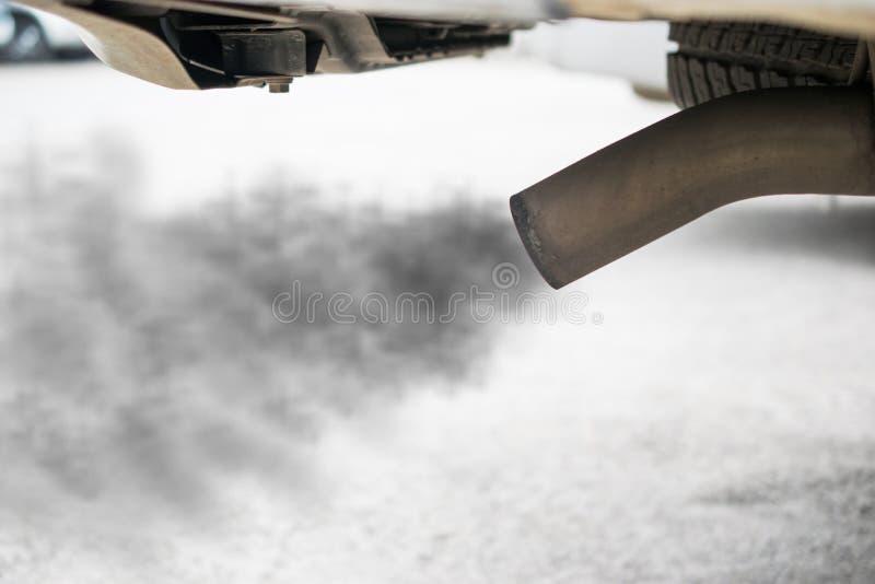 Uitlaat van zwarte auto, luchtvervuilingsconcept stock foto's