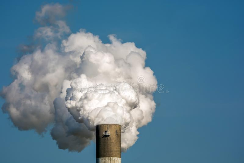 Uitlaatgassen en verontreinigende stoffen door de industrie die het voorbeeld van een rokerige schoorsteen gebruikt royalty-vrije stock afbeeldingen